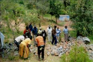 Arbeiten am Fundament des neuen Wassertanks in Kapropita. Im Hintergrund ist der bestehende Tank zu sehen
