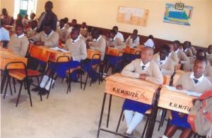 Unterricht in einem der neuen Klassenräume mit den neuen Schulmöbeln im August 2012