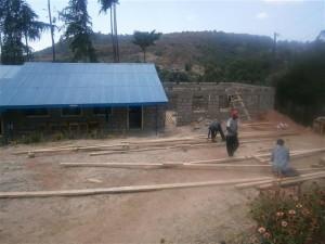 Bau des zweiten neuen Klassenraumes im März 2012