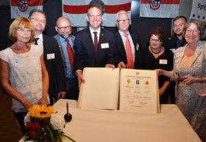 Im Beisein von Bürgermeister Dirk Breuer (4.v.l.) und Partnerschaftsvereinsvorsitzender Rüdiger Winkler (4.v.r.) trugen sich die Repräsentanten der Jubiläumspartnerstädte ins Goldene Buch der Stadt Hürth ein. Fotos: Pütz
