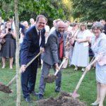 Im Bürgerpark griff Bürgermeister Dirk Breuer (l. vorne) bei einer Baumpflanzung tatkräftig zum Spaten. Die Eiche war ein Gastgeschenk, das die niederländische Bürgermeisterin Mirjam Salet (r. vorne) aus Spijkenisse/Nisseward mitgebracht hatte.